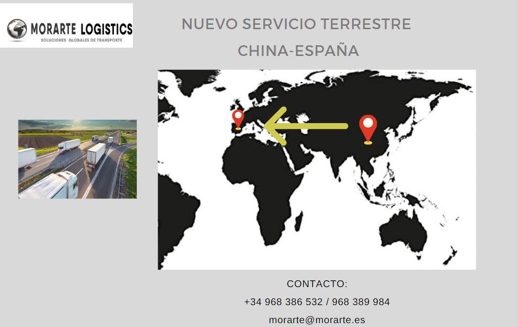 Mapa mundi en la que mediante una flecha se unen los puntos de China y España, en emdio se peude ver un camión pues se trata de una servicio terrestre entre ambos países