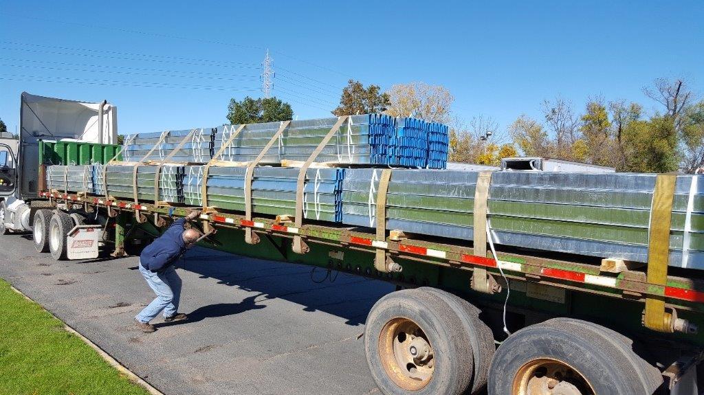 camión de medidas especiales con componenetes instalación de campos solares de soltec, transportes realizado por morarte logistics