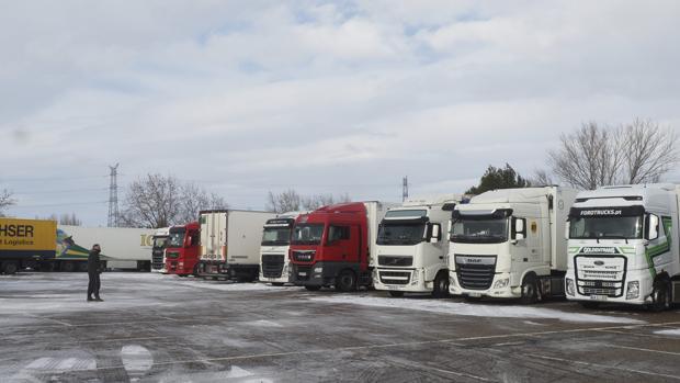 grupo de camiones atascados y rodeados de nieve por la borrasca filomena, Morarte Logistics
