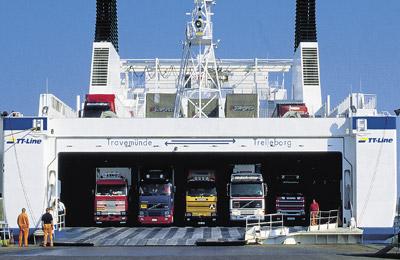 Foto de 4 camiones en la bode de una Ferry transporte de camiones en ferry a Francia Morarte Logsitics 1
