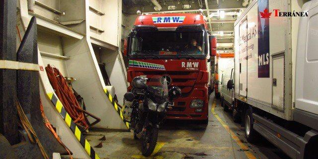 Imagen de un camión dentro de la bodega de un ferry como alternativa al transporte por carretera con Francia desde el sur de España