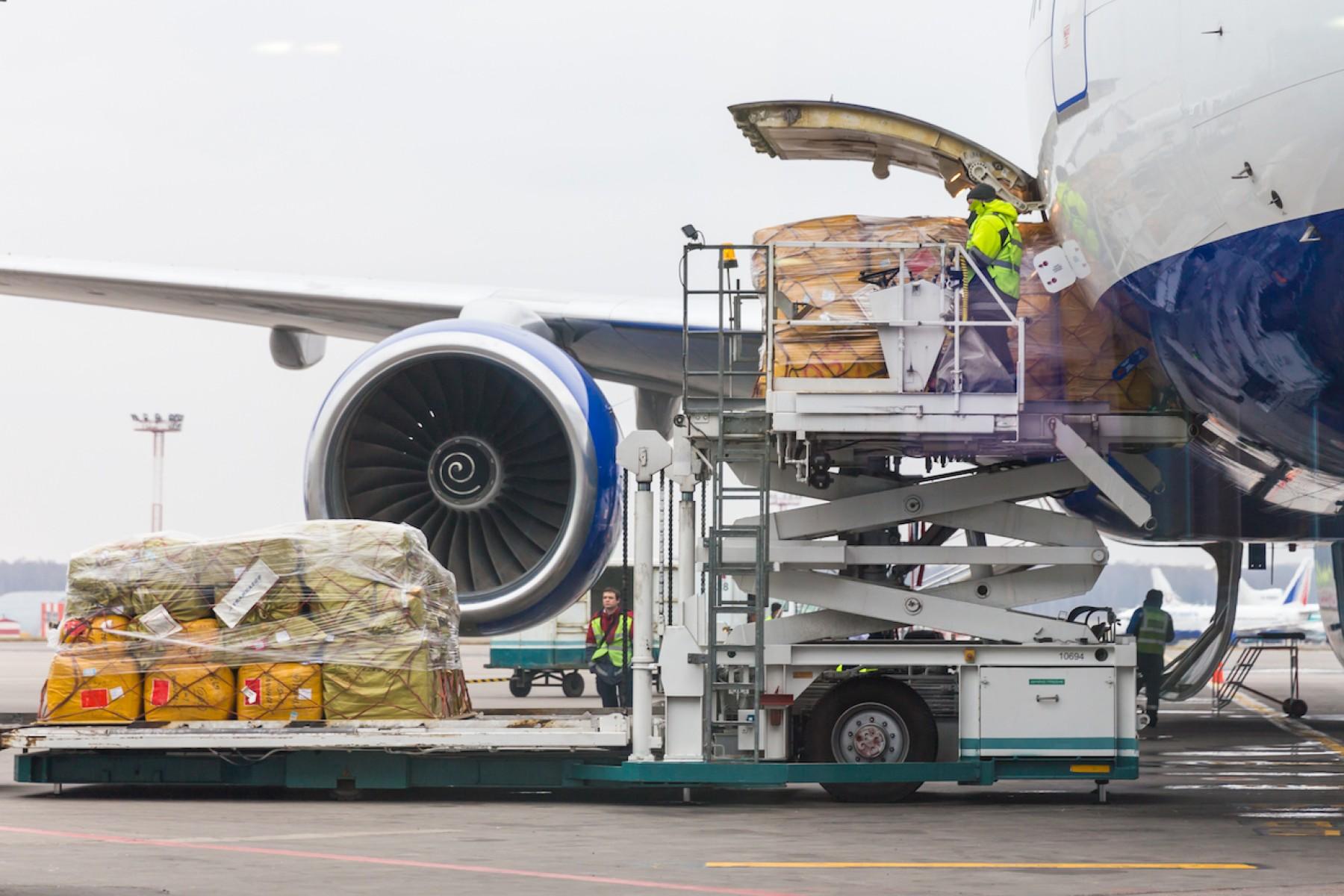 Avión cargando mercancía peiligrosa debidemante etiquetada y embalada. Morarte Logistics Blog