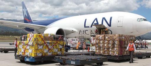 avión siendo cargado con mercancías de morarte logistics sl