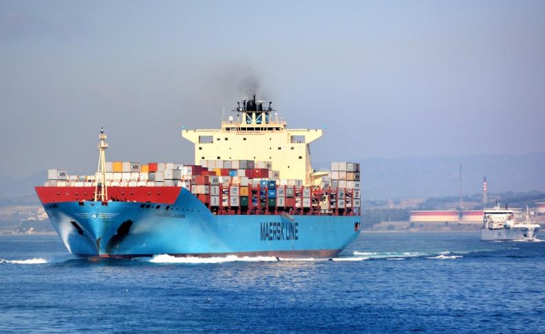 buque mercante navegando en el blog de morarte logistics sl sobre el incremento de los fletes marítimos a china