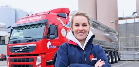 Una mujer con una trailer detrás el cual conduce, entrada del blog de Morarte Logistics SL