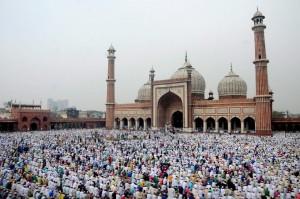 mezquita en turquia con msulumanes celebrando el fin del Ramadán. Blog de Morarte Logistics SL