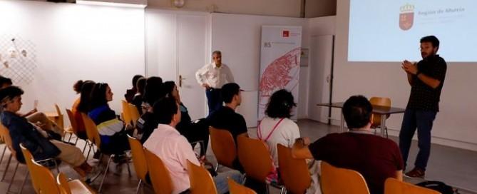 estudiantes en un aula con un proyector en el que se le explica el convenio de colaboración cno morarte logistics